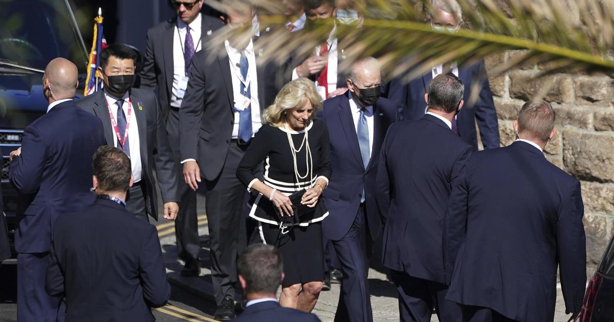 Bidens sorprende a los fieles locales asistiendo a misa el último día de la cumbre del G7