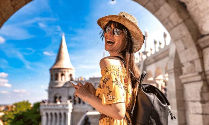 Chica joven de viaje