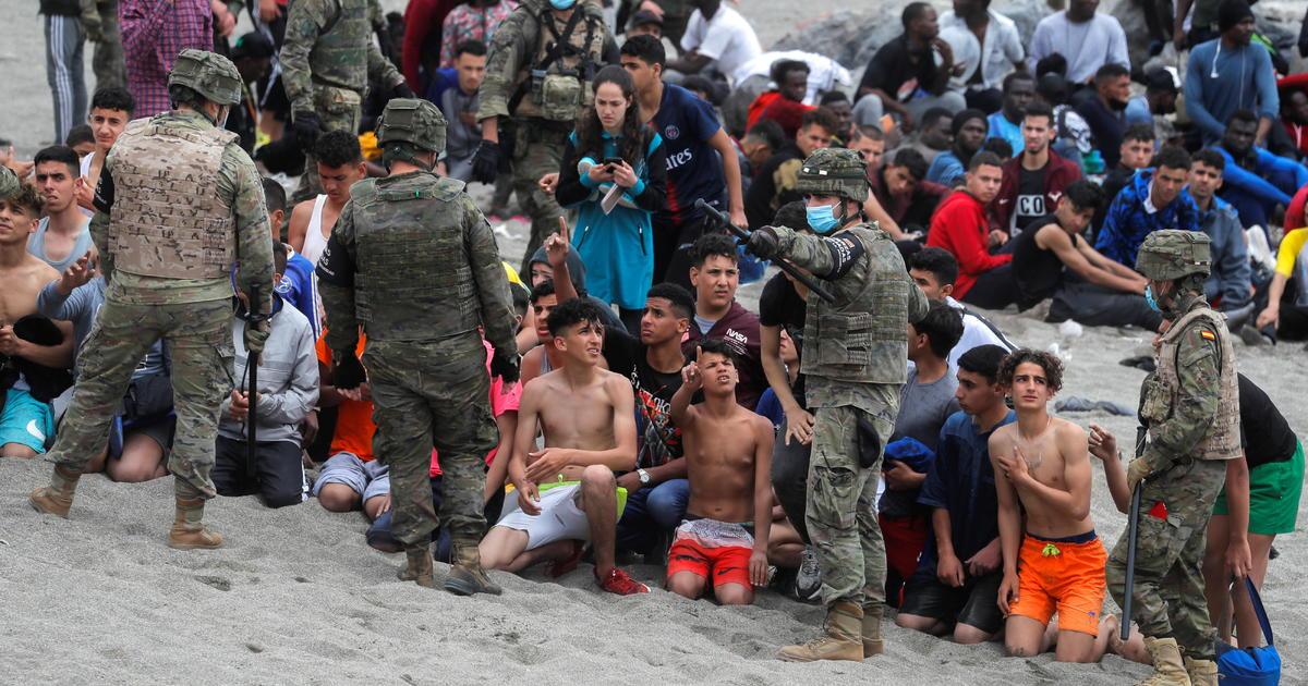España se apresura a deportar a los migrantes del enclave africano de Ceuta después de que 6.000 ingresen en violaciones fronterizas récord