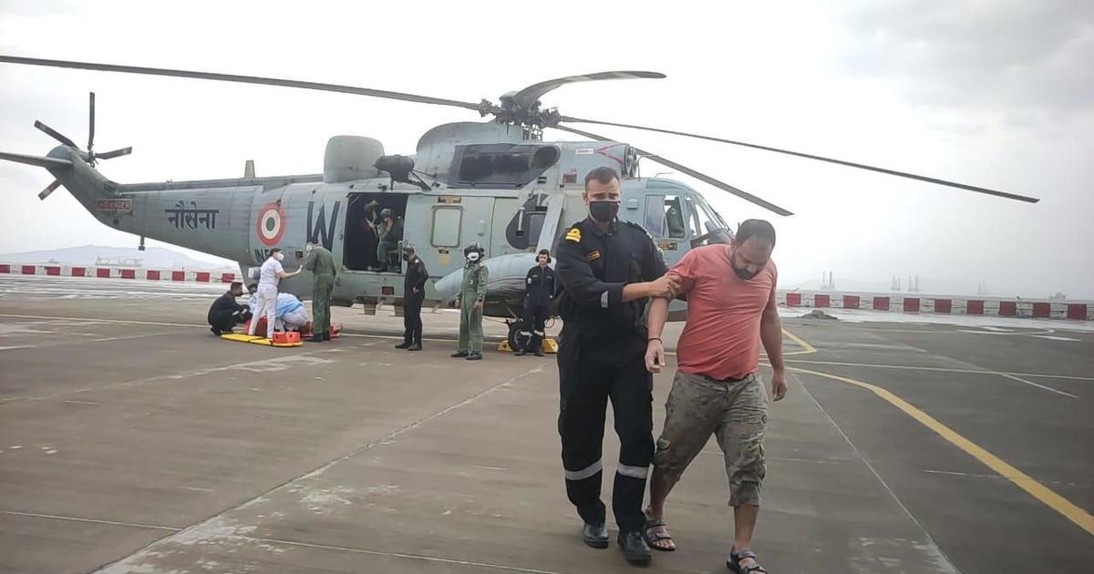 La Armada de la India busca tripulantes en el mar después de que una barcaza se hundiera durante un ciclón